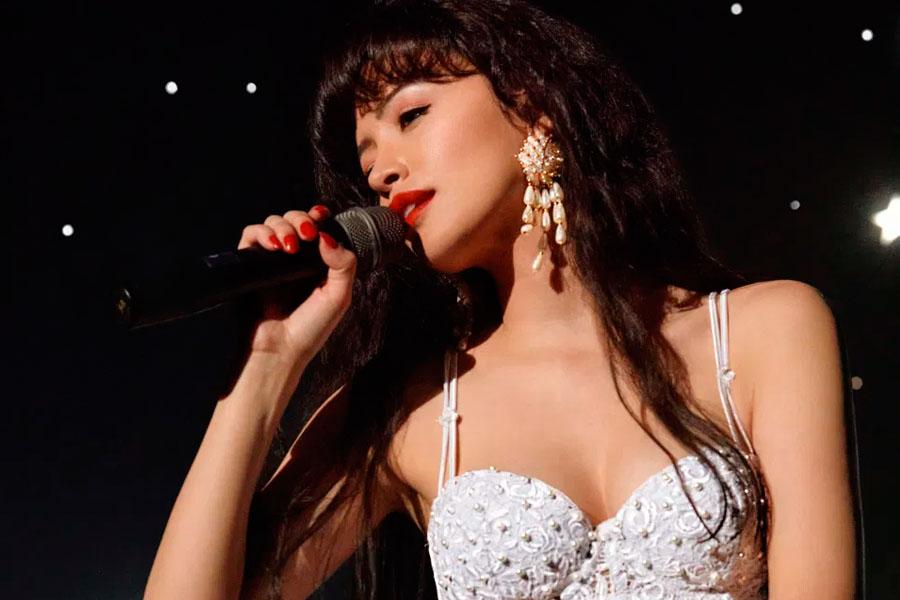 Christian Serratos le da vida a Selena en la serie de Netflix