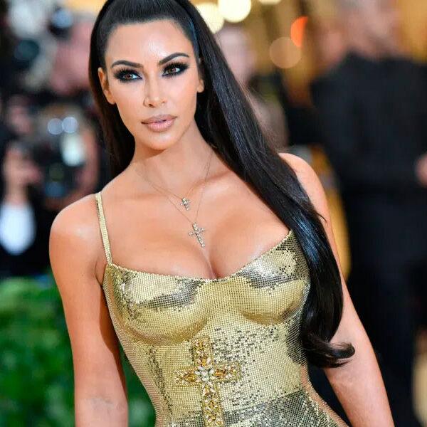 Kim Kardashian luce sus curvas modelando su nueva línea de pantimedias